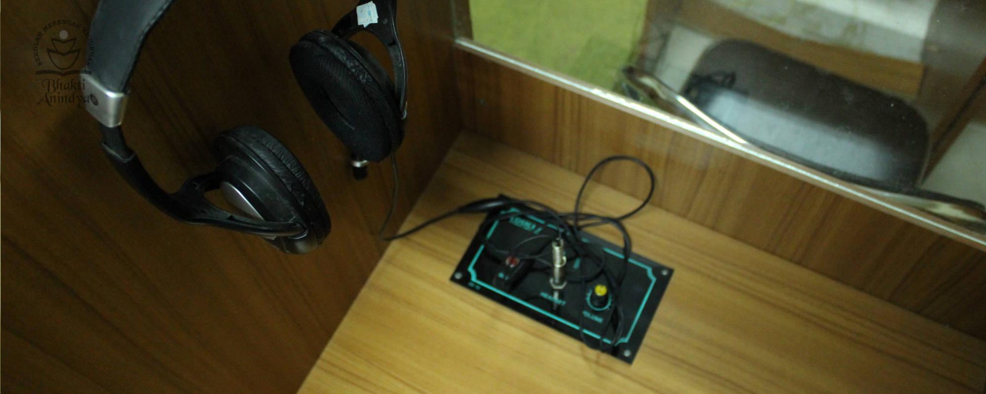 Fasilitas amplifier di Lab Bahasa SMK Bhakti Anindya Tangerang